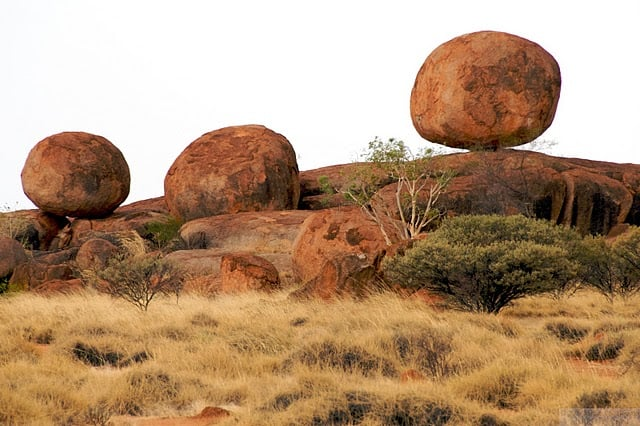 devil's marbles, australia, circle boulders balanced 