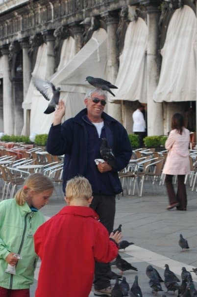 venice tourist with pidgons on head