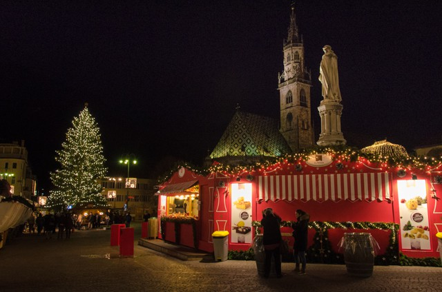 christmas market bolanzo at night