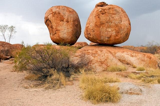 devils marbles australia balanced red rocks