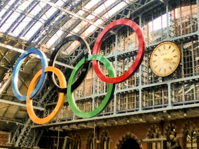 london olympic rings at train station