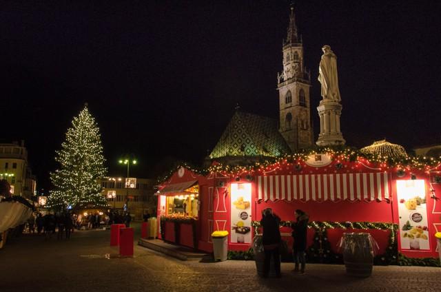 christmas market bolanzo at night